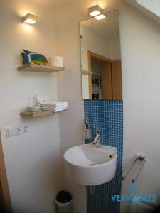 Bad Ideen für ein Handwaschbecken mit Regalböden im Dachgeschoss