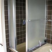 Bad mit Dachschraege vor der Sanierung, die alte Dusche