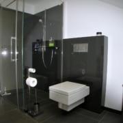 Bad mit Dachschraege nach der Sanierung, bodengleiche Dusche und das WC