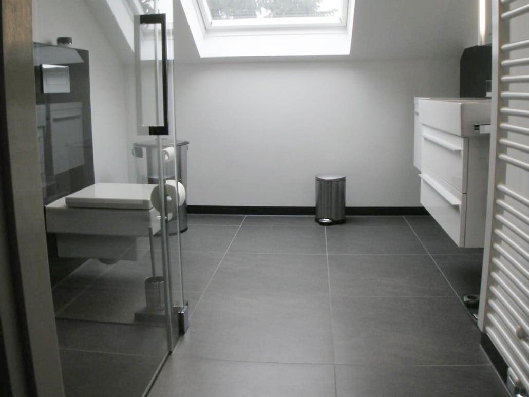 Bad mit Dachschraege vor der Sanierung