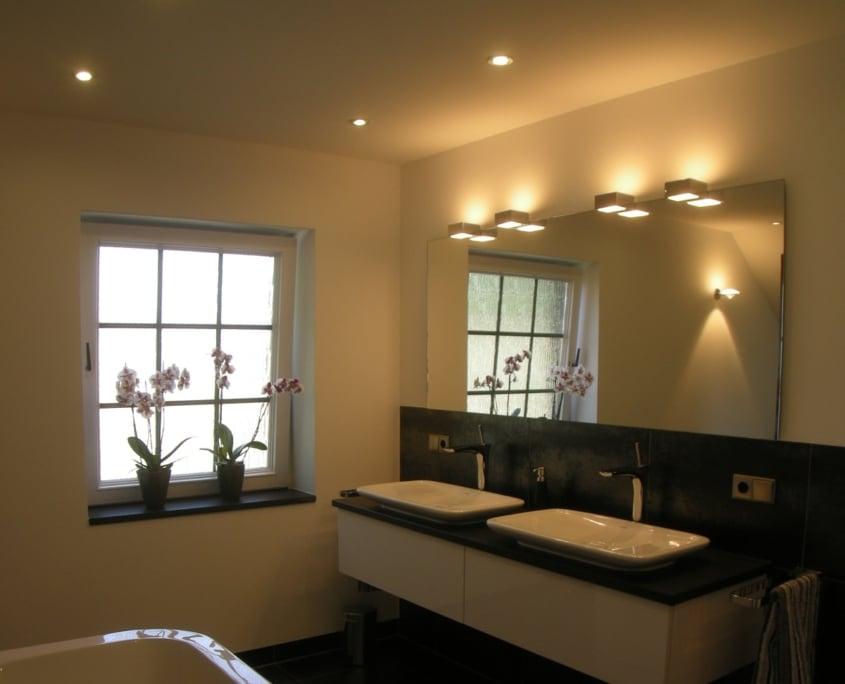 Nach der Badsanierung - Bad mit Lichtkonzept von Vervoorts GmbH in Kleve-Kranenburg