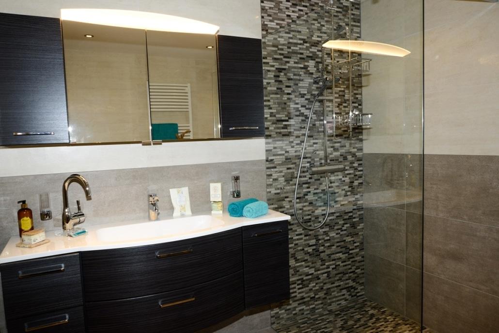 Bad mit bodengleicher Dusche in der Badausstellung bei Vervoorts GmbH in Kleve- Kranenburg