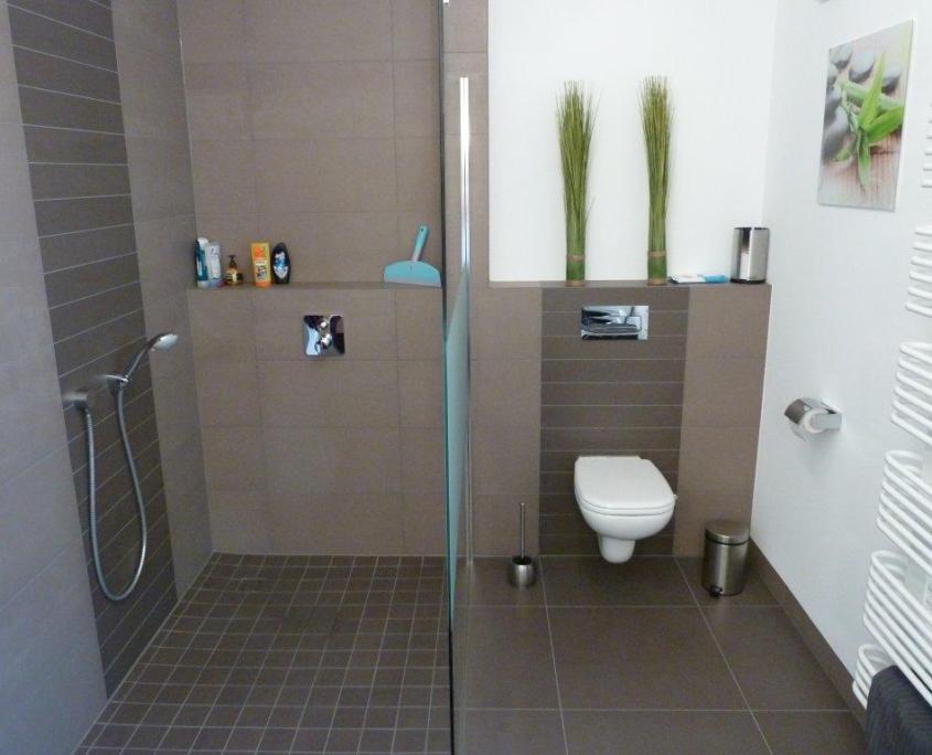 Das fertige Bad nach der Badsanierung, das WC und die Dusche von Vervoorts GmbH in Kleve-Kranenburg.