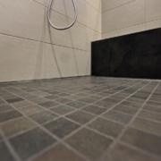 Das Bad nach der Badsanierung, die Bodenfliesen in der Dusche