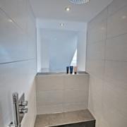 Das Bad nach der Badsanierung, die Dusche mit Sitzplatz