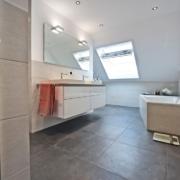 Das Bad nach der Badsanierung, der Waschplatz und die Badewanne von Vervoorts GmbH in Kleve-Kranenburg