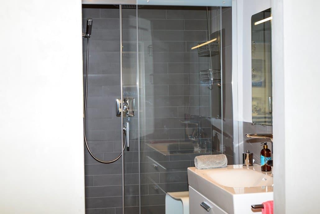 Badausstellung in Kleve-Kranenburg bei Vervoorts GmbH, Dusche im kleinen Bad, auf engstem Raum