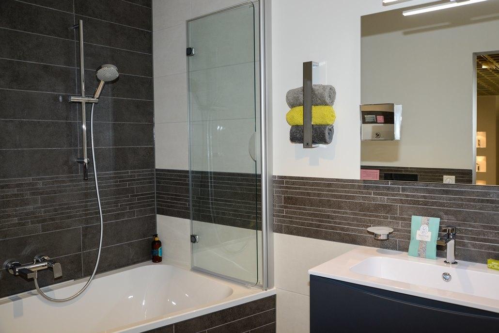 Badausstellung in Kleve-Kranenburg bei Vervoorts GmbH, einklappbare Duschtrennwand auf Maß