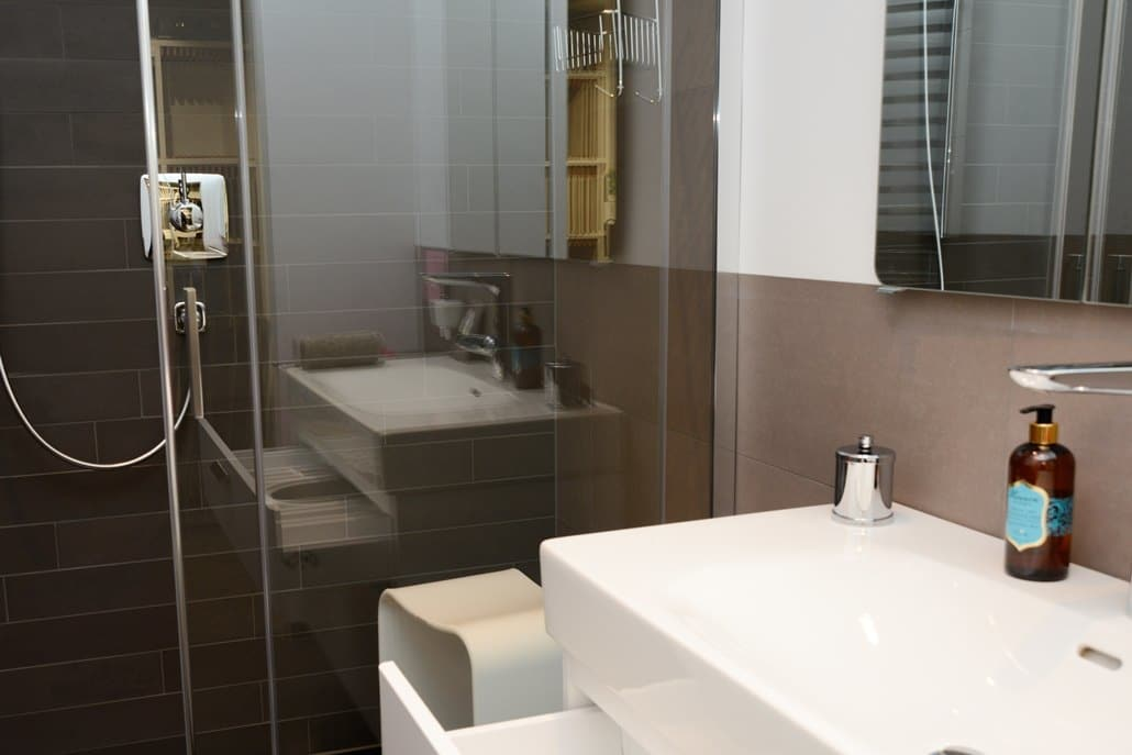Badausstellung in Kleve-Kranenburg bei Vervoorts GmbH, Musterbad mit Dusche und Farbkonzept für kleine Bäder