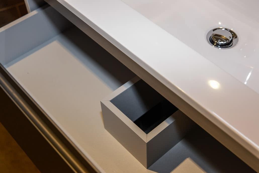 Badausstellung in Kleve-Kranenburg bei Vervoorts GmbH, Waschtisch mit Schublade für Stauraum, im Detail