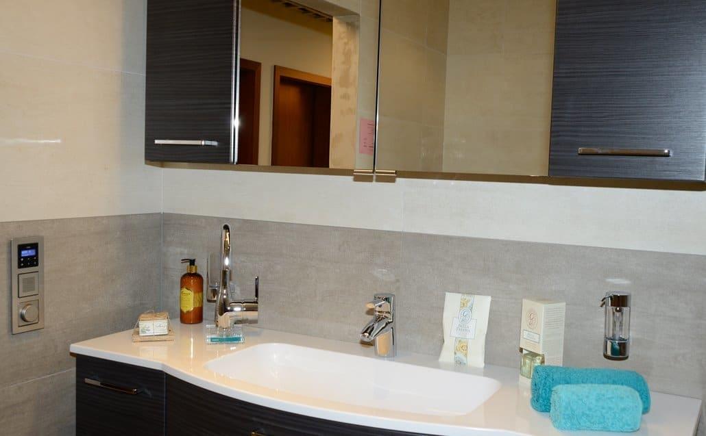 Badausstellung in Kleve-Kranenburg bei Vervoorts GmbH, das komplette Bad mit Waschtischschrank und Spiegel