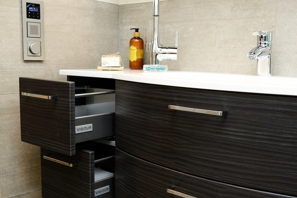 Badausstellung in Kleve-Kranenburg bei Vervoorts GmbH, Waschtisch mit Schubladen für mehr Stauraum, die Detailansicht