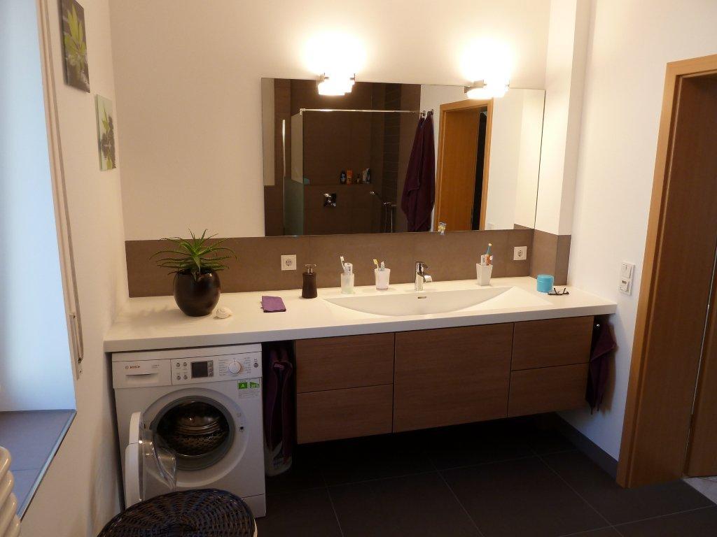Badezimmer mit Waschmaschine- Der Waschtisch nach der Badsanierung von Vervoorts GmbH in Kleve-Kranenburg