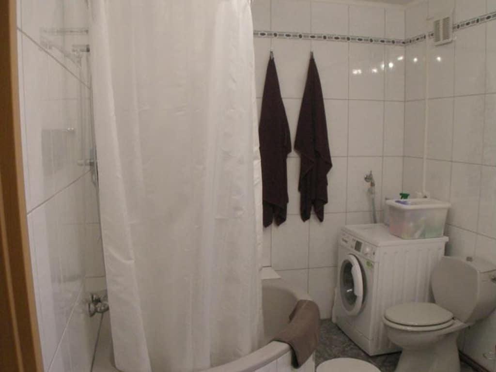 Badezimmer mit Waschmaschine- Das WC, die Dusche und Badewanne vor der Badsanierung von Vervoorts GmbH in Kleve-Kranenburg