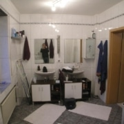 Badezimmer mit Waschmaschine- Der Waschplatz vor der Badsanierung von Vervoorts GmbH in Kleve-Kranenburg