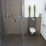 Badezimmer mit Waschmaschine- Das WC, die Dusche nach der Badsanierung von Vervoorts GmbH in Kleve-Kranenburg