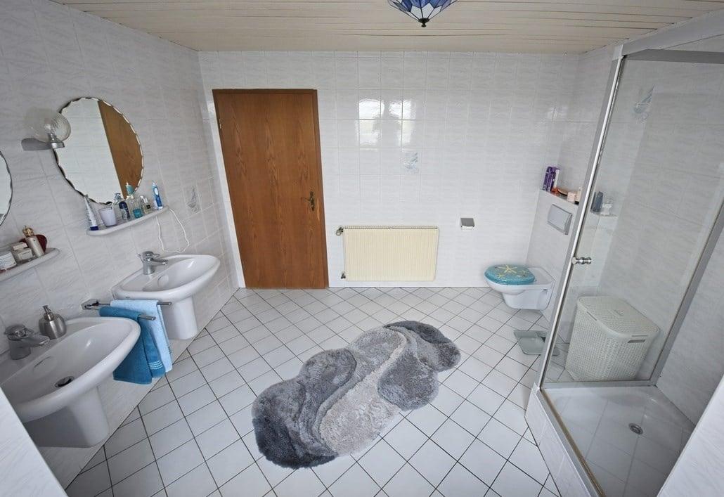 Das Badezimmer vor der Badsanierung, die Details: Der Waschplatz und die Dusche