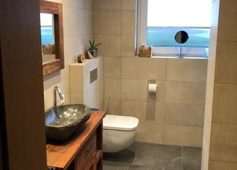 Kundenreferenz einer Badsanierung der Familie Giesbers in Emmericham Rhein, das neue Bad von Vervoorts GmbH