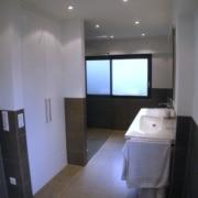 Nach der Badsanierung der Waschbereich mit Einbauschrank im Fertighaus, durch Vervoorts GmbH in Kleve-Kranenburg